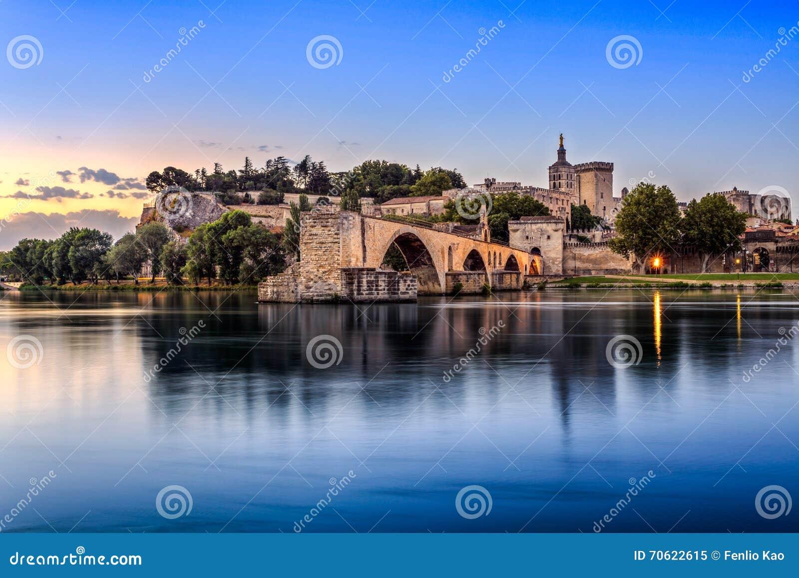 Το Pont Άγιος Benezet και Palais des Papes σε Αβινιόν, Γαλλία