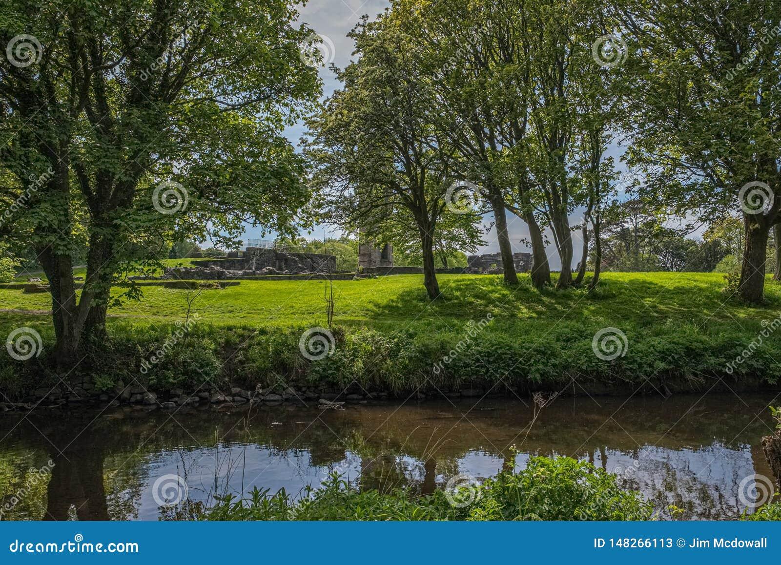 Το Scotlands σταθμεύει την αρχαία πρασινάδα Lucious καταστροφών και έναν ευγενή ρέοντας ποταμό με τις αντανακλάσεις στο νερό
