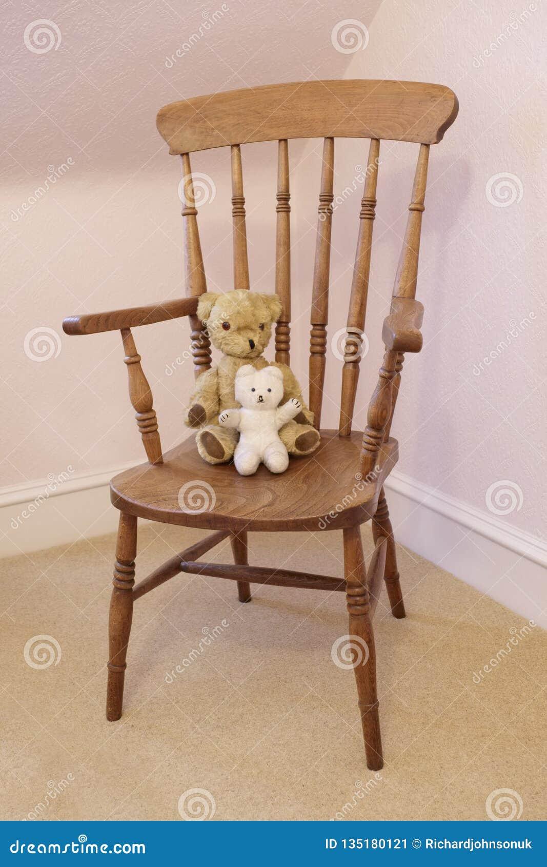 Το Teddy αφορά το παλαιό βικτοριανό μαλακό παιχνίδι την ξύλινη καρέκλα