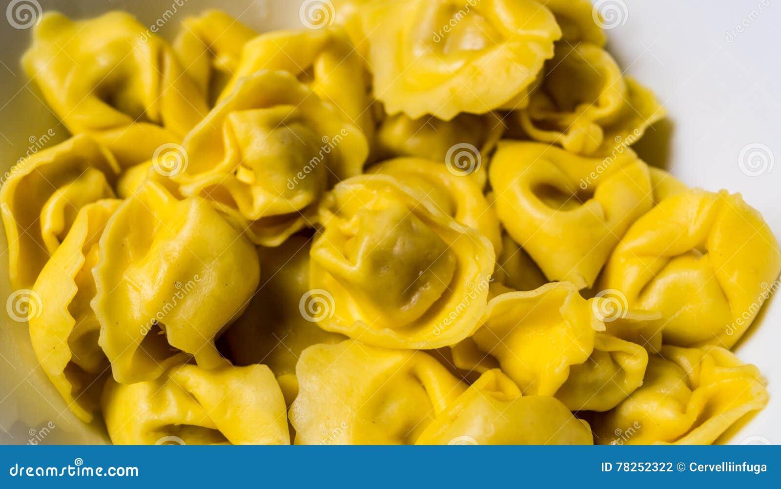 Το Tortellini Bolognese προετοιμάστηκε για το μαγείρεμα