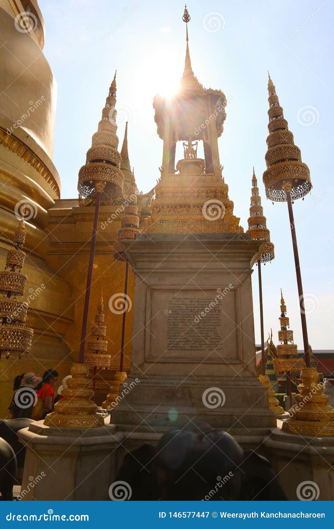Το Wat Phra Kaew, συνήθως γνωστό στα αγγλικά ως ναός του σμαραγδένιου Βούδα ή του μεγάλου παλατιού θεωρείται ως πιό ιερό βουδιστι