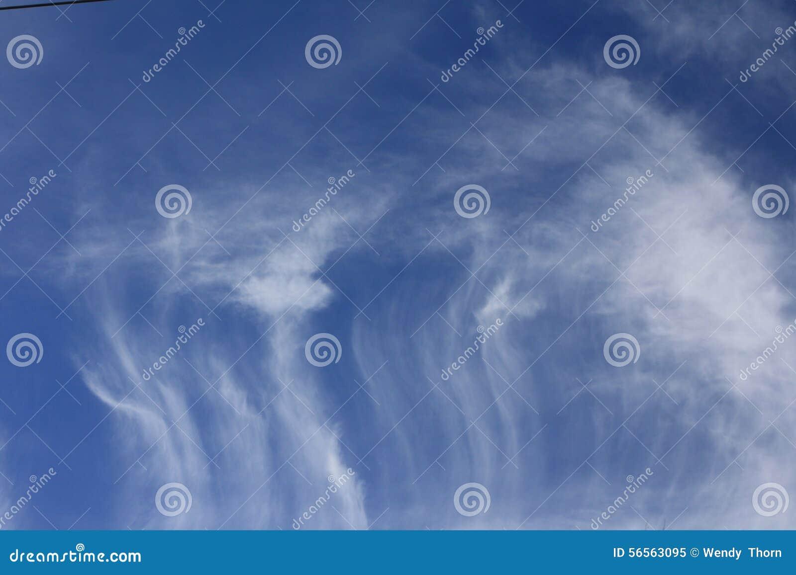 Download Το Whispy καλύπτει το σκούρο μπλε υπόβαθρο ουρανού Στοκ Εικόνα - εικόνα από ουρανός, ειρήνη: 56563095