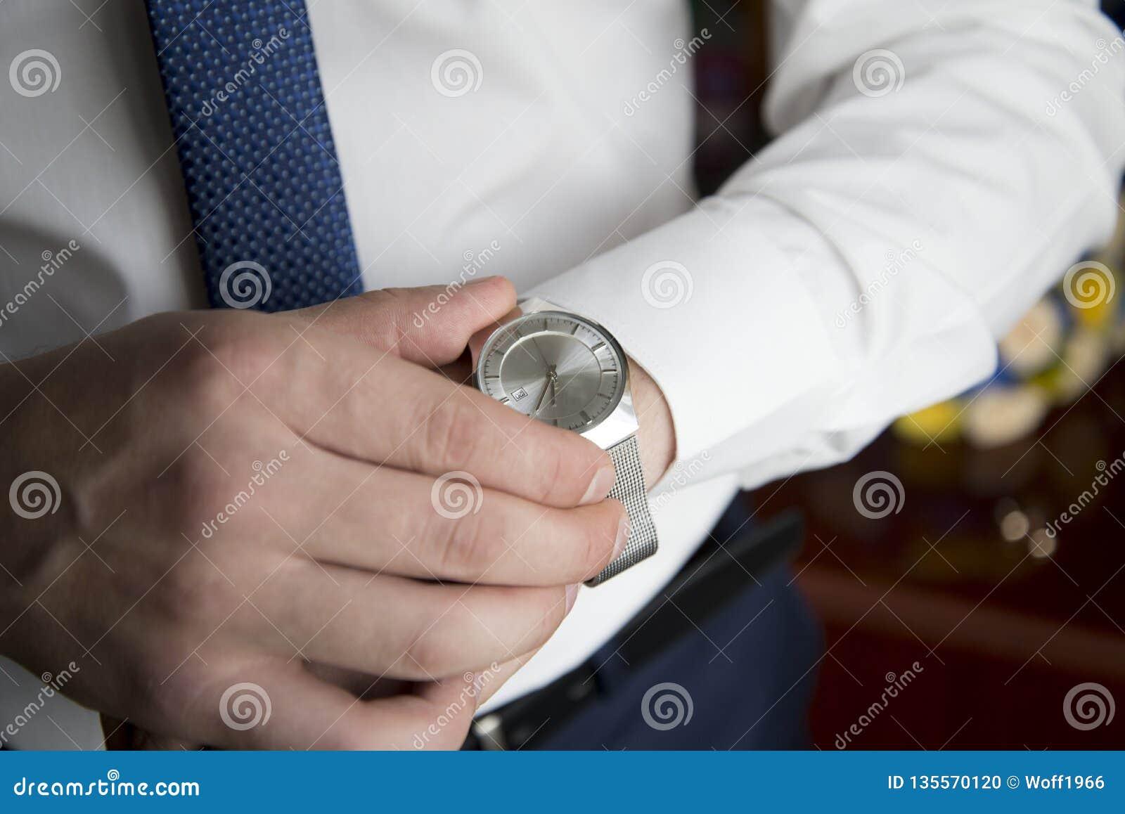 Το Wristwatch του κοριτσιού παραδίδει το μέτωπο ενός φορητού προσωπικού υπολογιστή