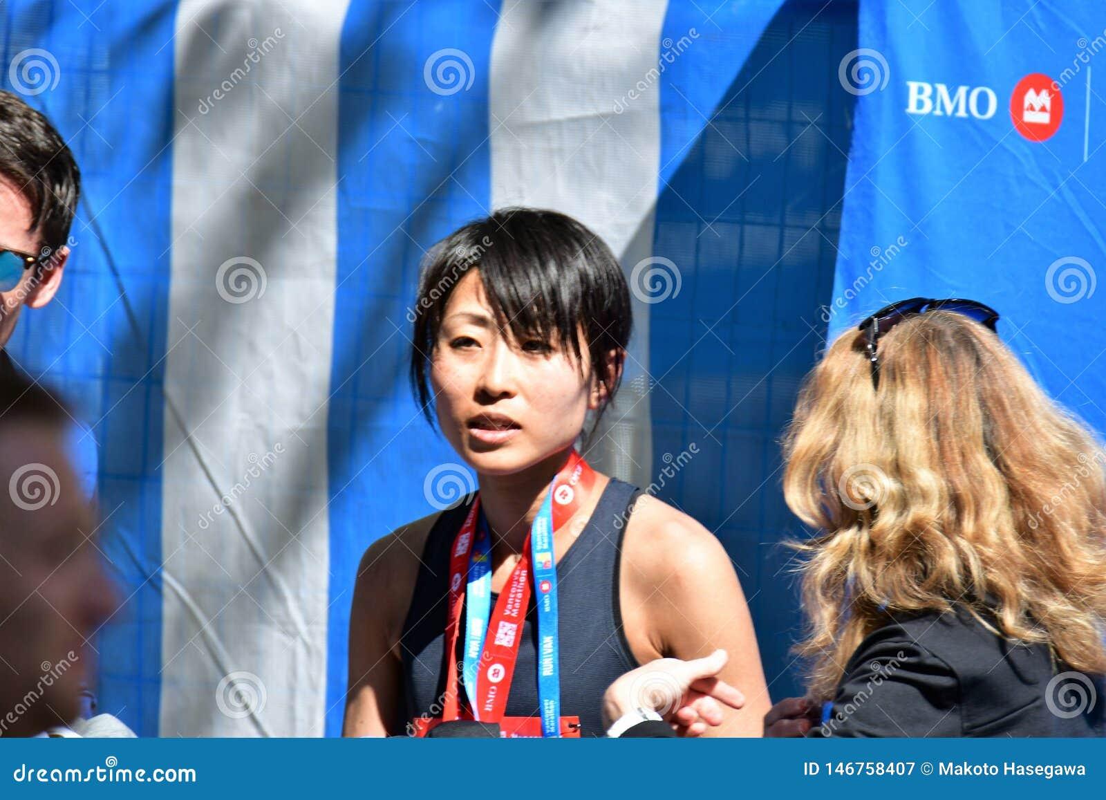 ?? Το Yuko Mizuguchi κέρδισε τη θηλυκή 1$η θέση στο Βανκούβερ maraton