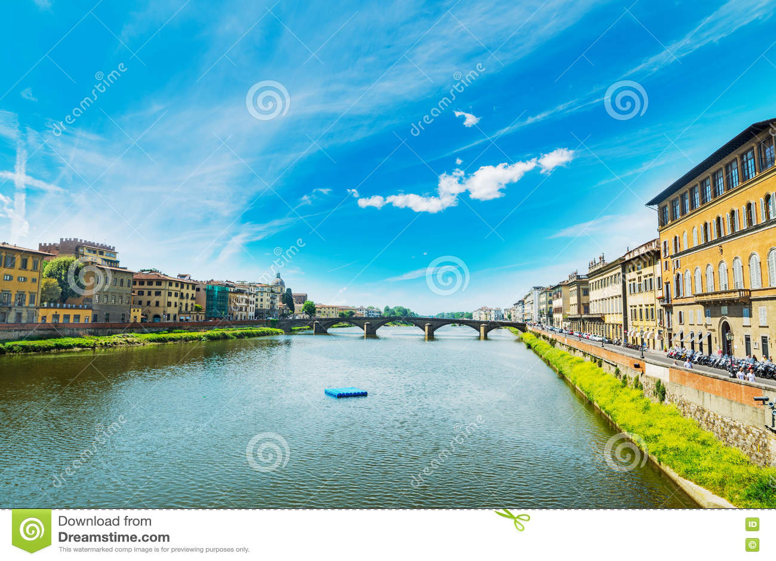 Τράπεζες Arno που βλέπουν από Ponte Vecchio στη Φλωρεντία