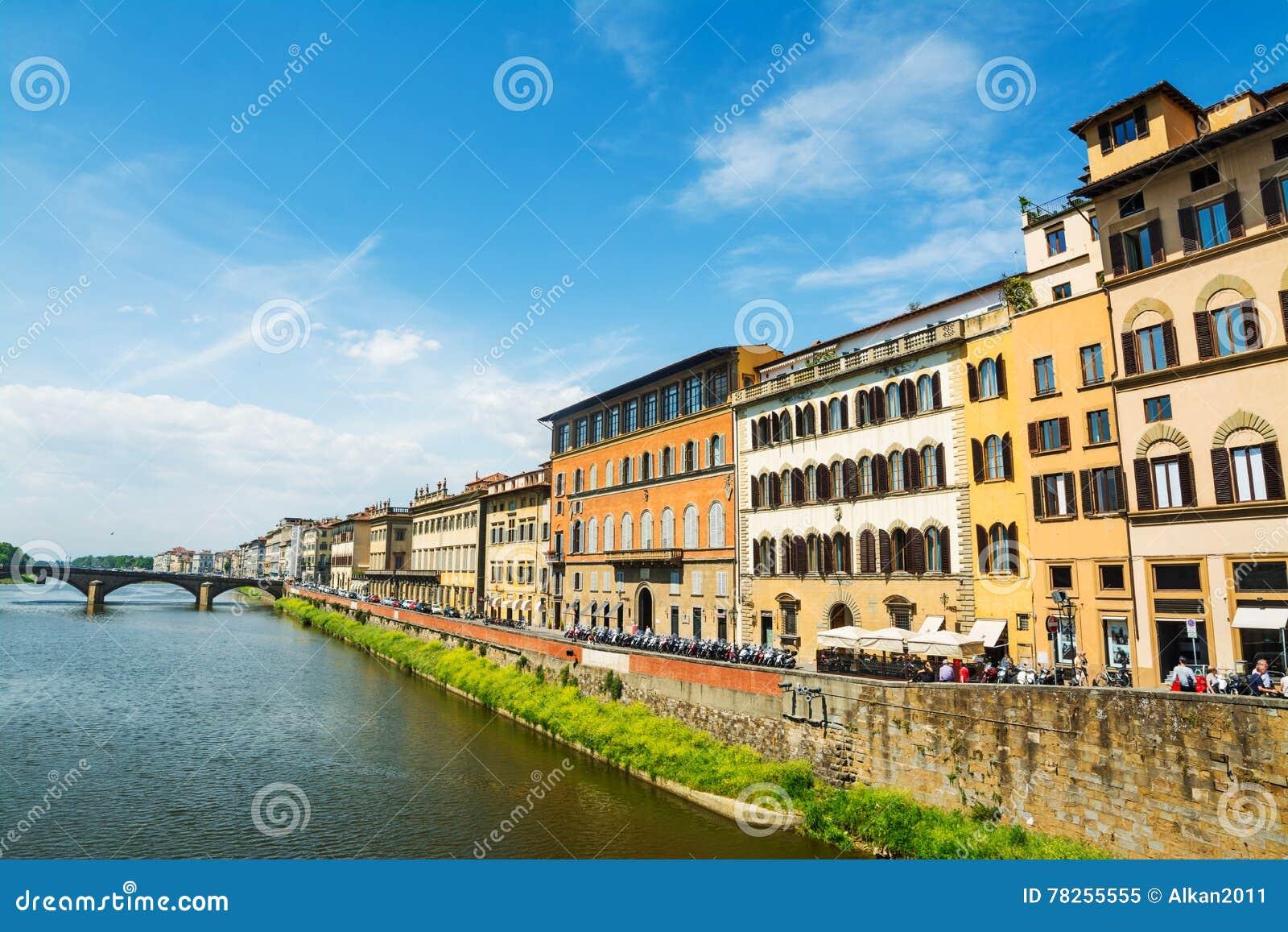 Τράπεζες Arno που βλέπουν από Ponte Vecchio