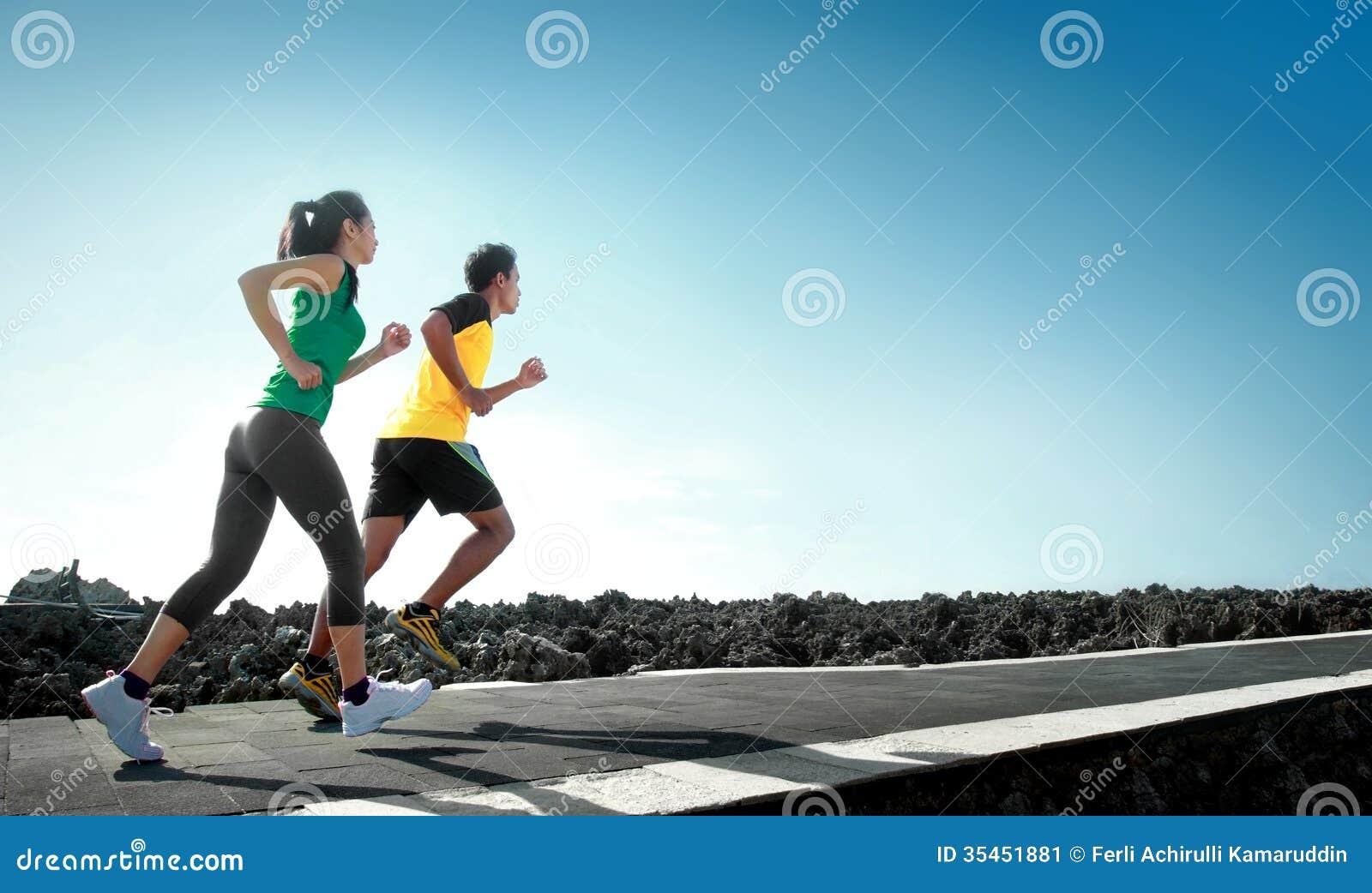 Τρέξιμο αθλητικών ανθρώπων υπαίθριο