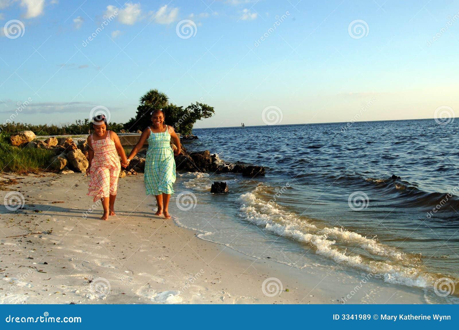 τρέχοντας αδελφές παραλιών