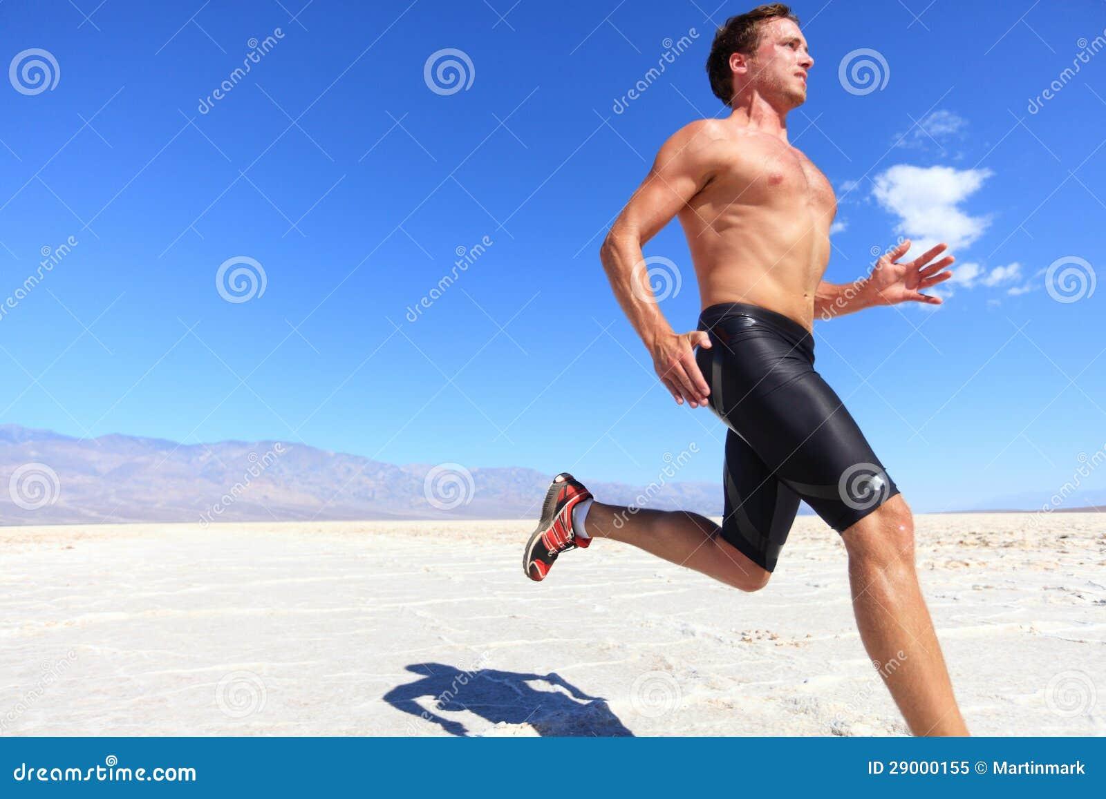 Τρέχοντας αθλητισμός αθλητών - δρομέας ικανότητας στην έρημο