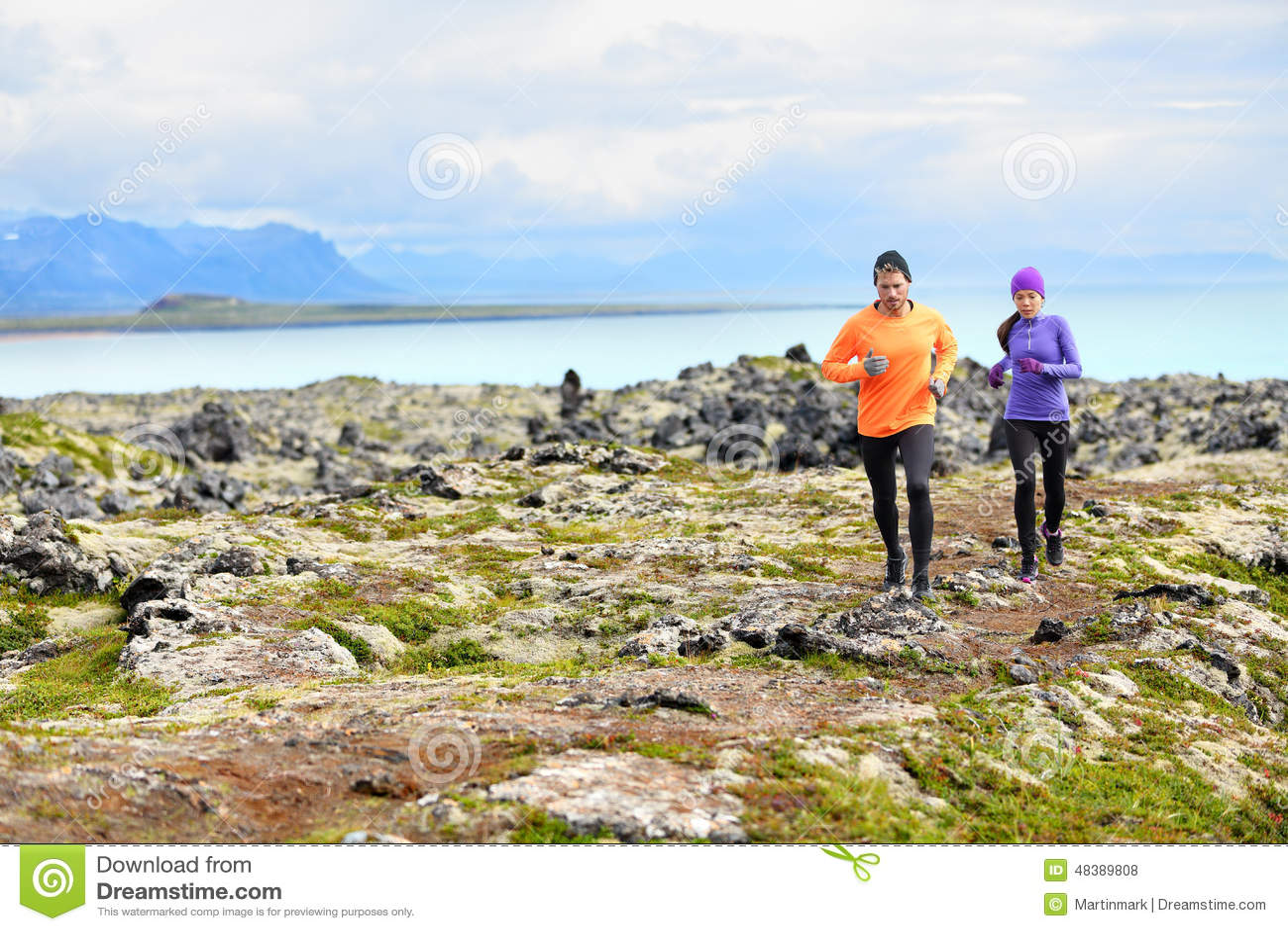 Τρέχοντας αθλητισμός άσκησης - δρομείς στη διαγώνια χώρα