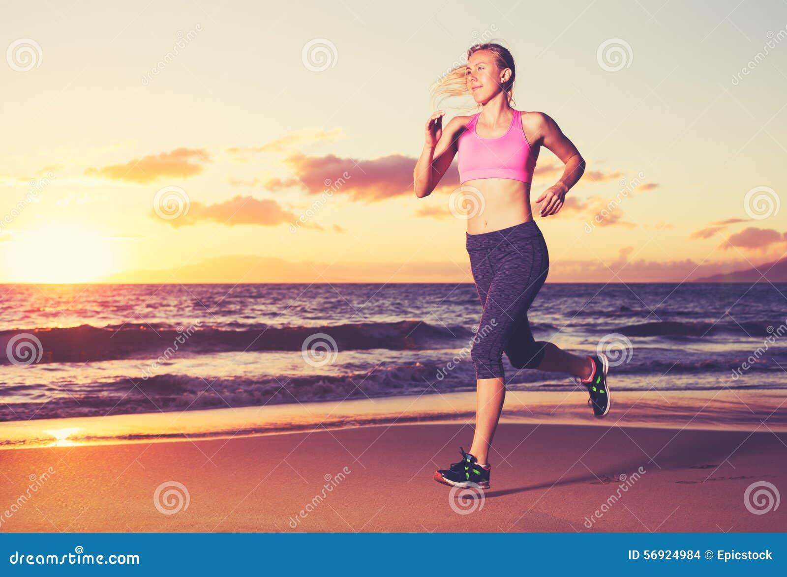 τρέχοντας γυναίκα ηλιοβασιλέματος