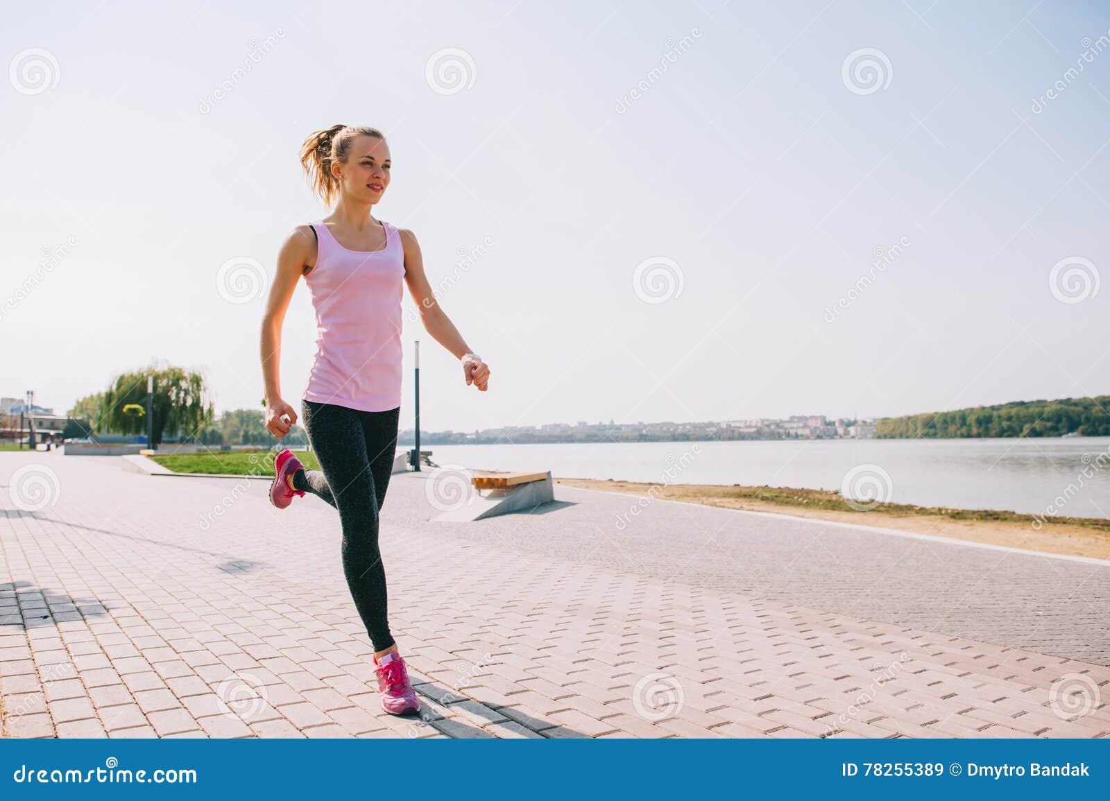 Τρέχοντας κορίτσι στην παραλία