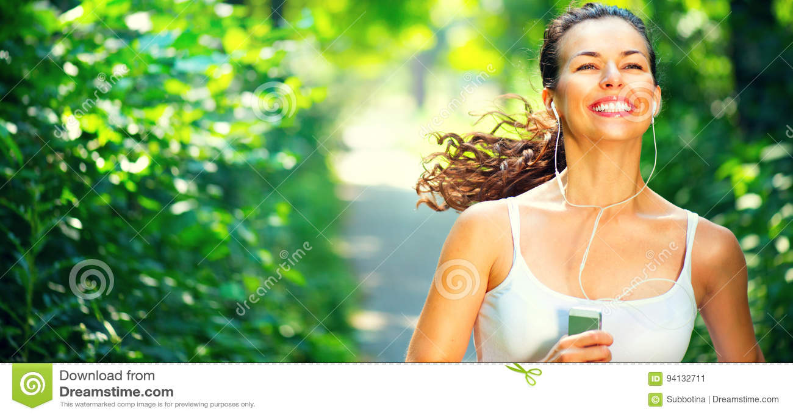 Τρέχοντας φίλαθλο κορίτσι Νέο γυναικών ομορφιάς στο πάρκο