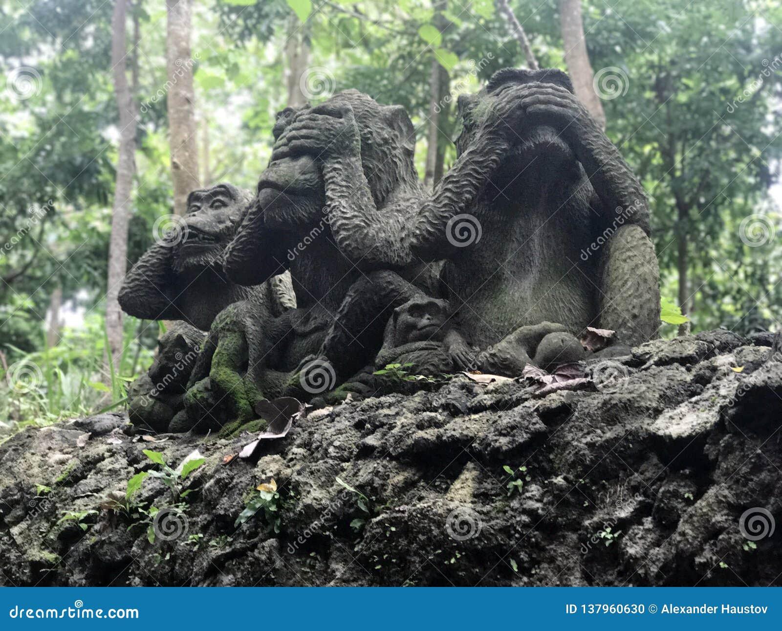 Τρία αγάλματα πιθήκων που έχουν τις διαφορετικές θέσεις Καμπότζη