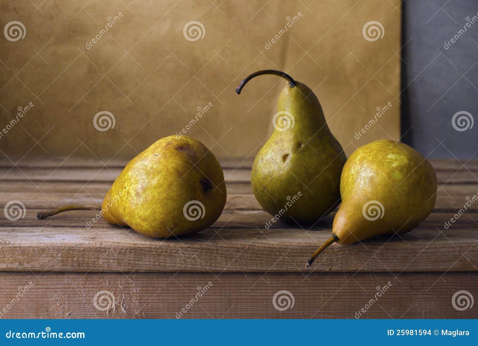 Τρία αχλάδια στον ξύλινο πίνακα