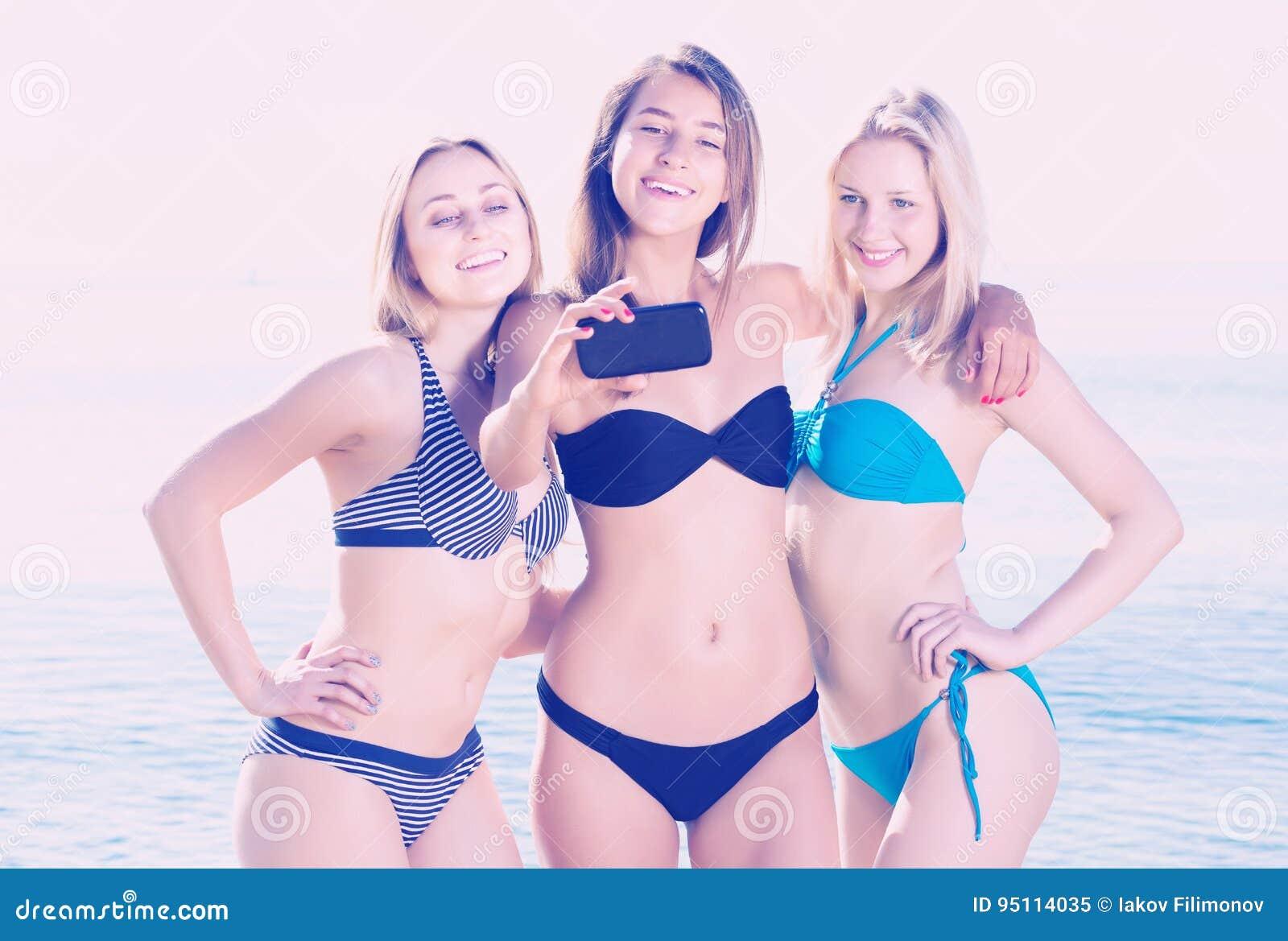 Τρία κορίτσια που παίρνουν την αυτοπροσωπογραφία