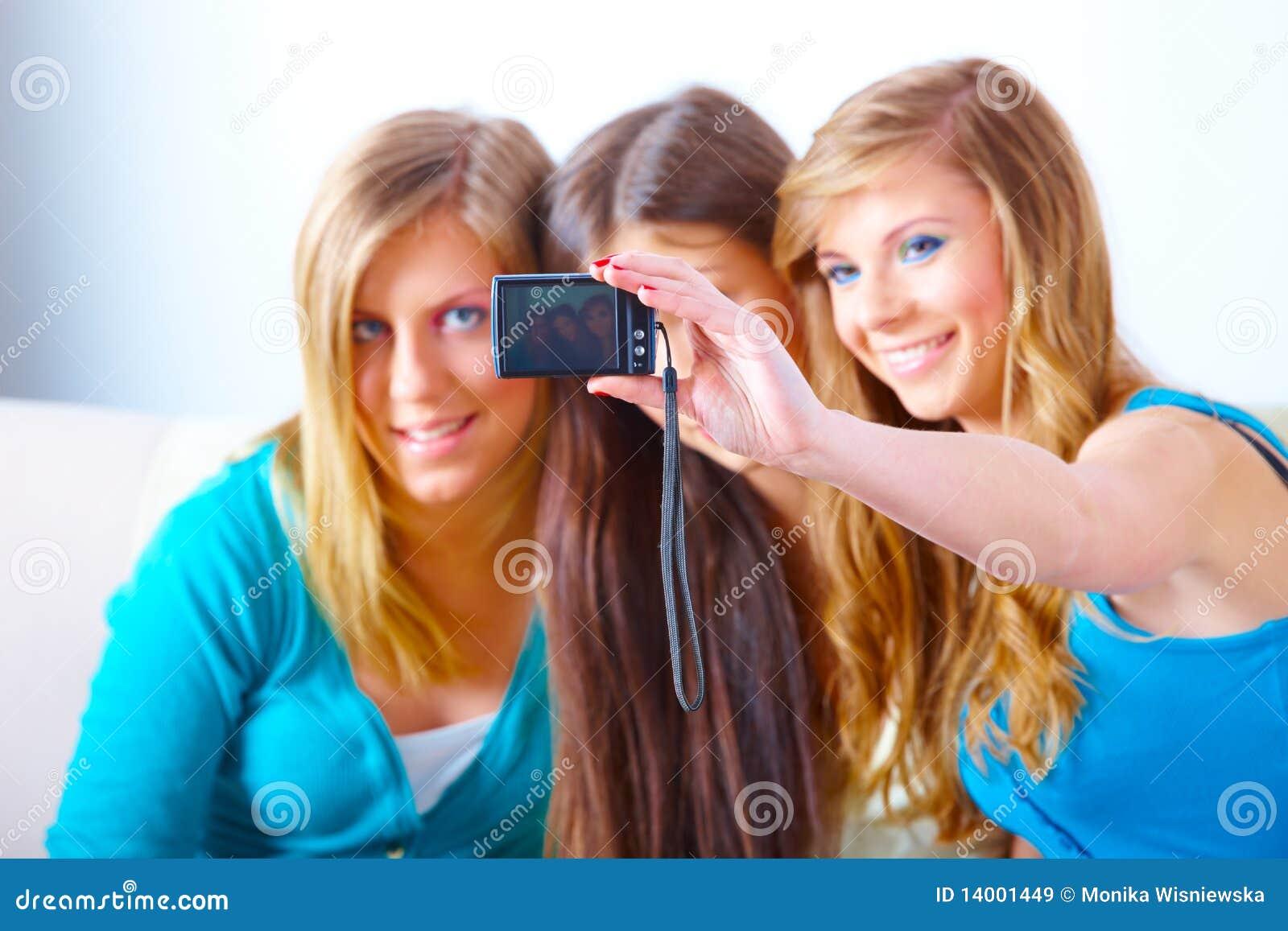 Τρία κορίτσια που παίρνουν τις φωτογραφίες