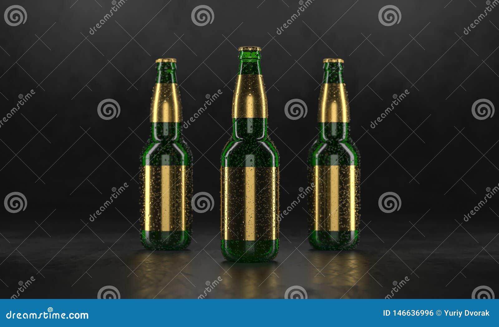 Τρία μπουκάλια μπύρας που στέκονται σε έναν αγροτικό μαύρο πίνακα Χλεύη μπύρας επάνω Τα υγρά μπουκάλια μπύρας οι ετικέτες και οι