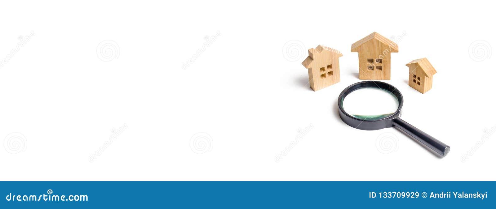 τρία ξύλινα σπίτια σε ένα άσπρο υπόβαθρο Η έννοια του αστικού προγραμματισμού, έργα υποδομής Αγοράζοντας και πωλώντας ακίνητη περ
