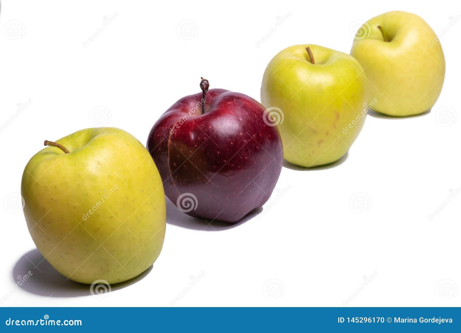Τρία πράσινα μήλα και ένα κόκκινο μήλο