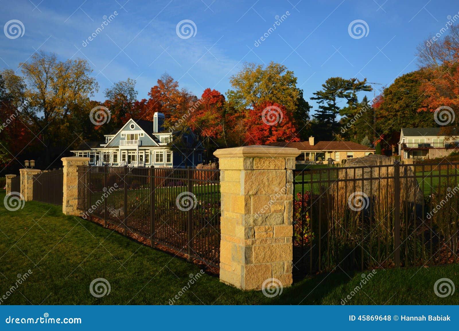Τρία σπίτια, φράκτης σιδήρου, θέσεις τούβλου, χρώματα πτώσης