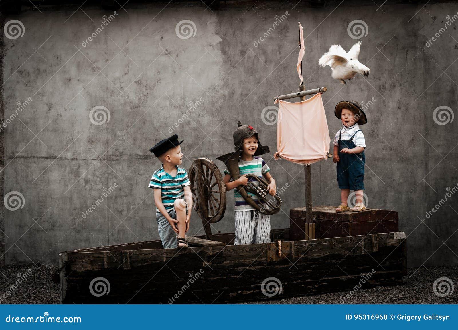 Τρία χαριτωμένα αγόρια στο σκάφος πειρατών ως ναυτικούς