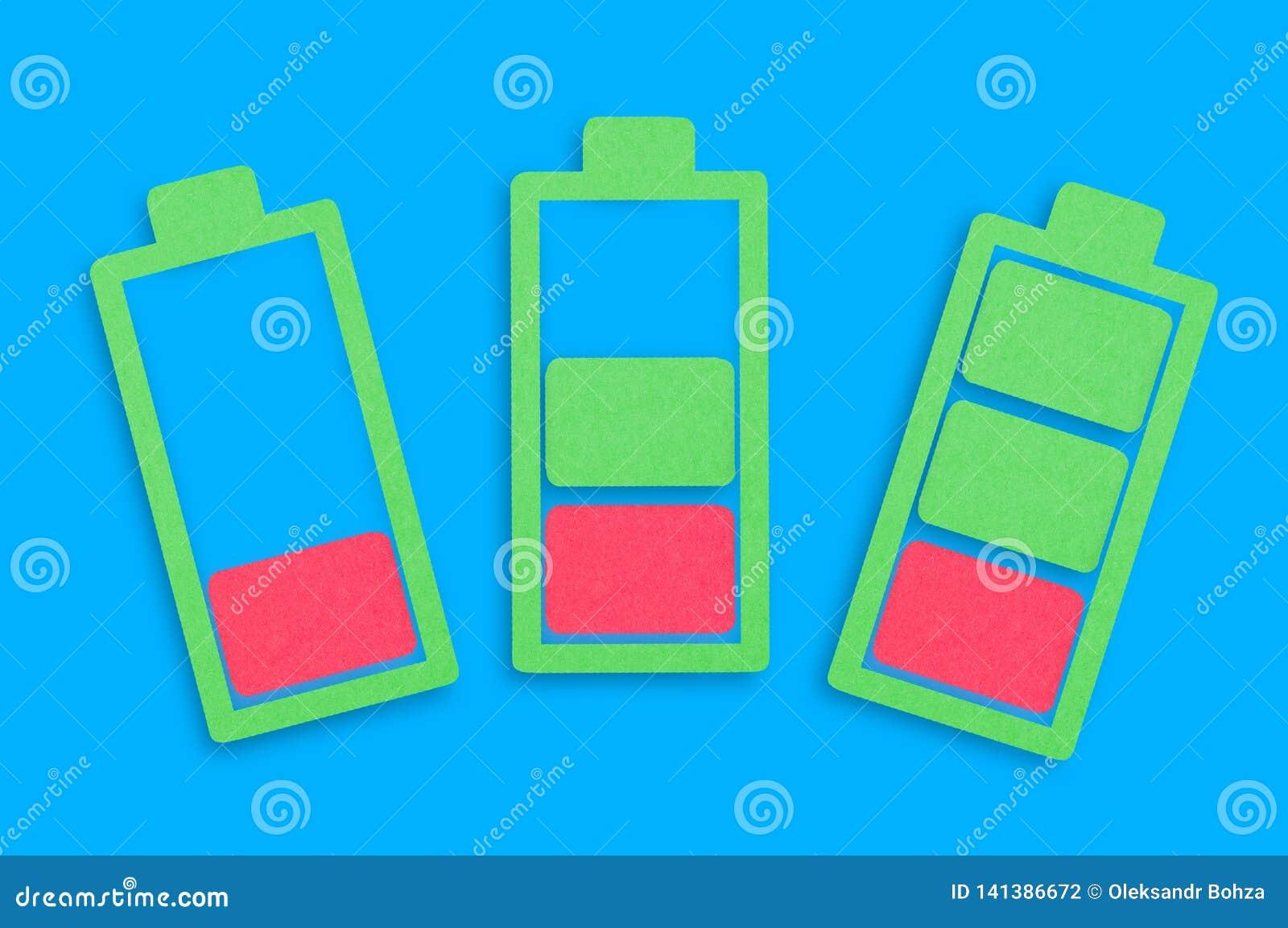 Τρία χειροποίητα εικονίδια εγγράφου των μπαταριών από χαμηλό στο σύνολο στο κέντρο του μπλε πίνακα Τοπ όψη