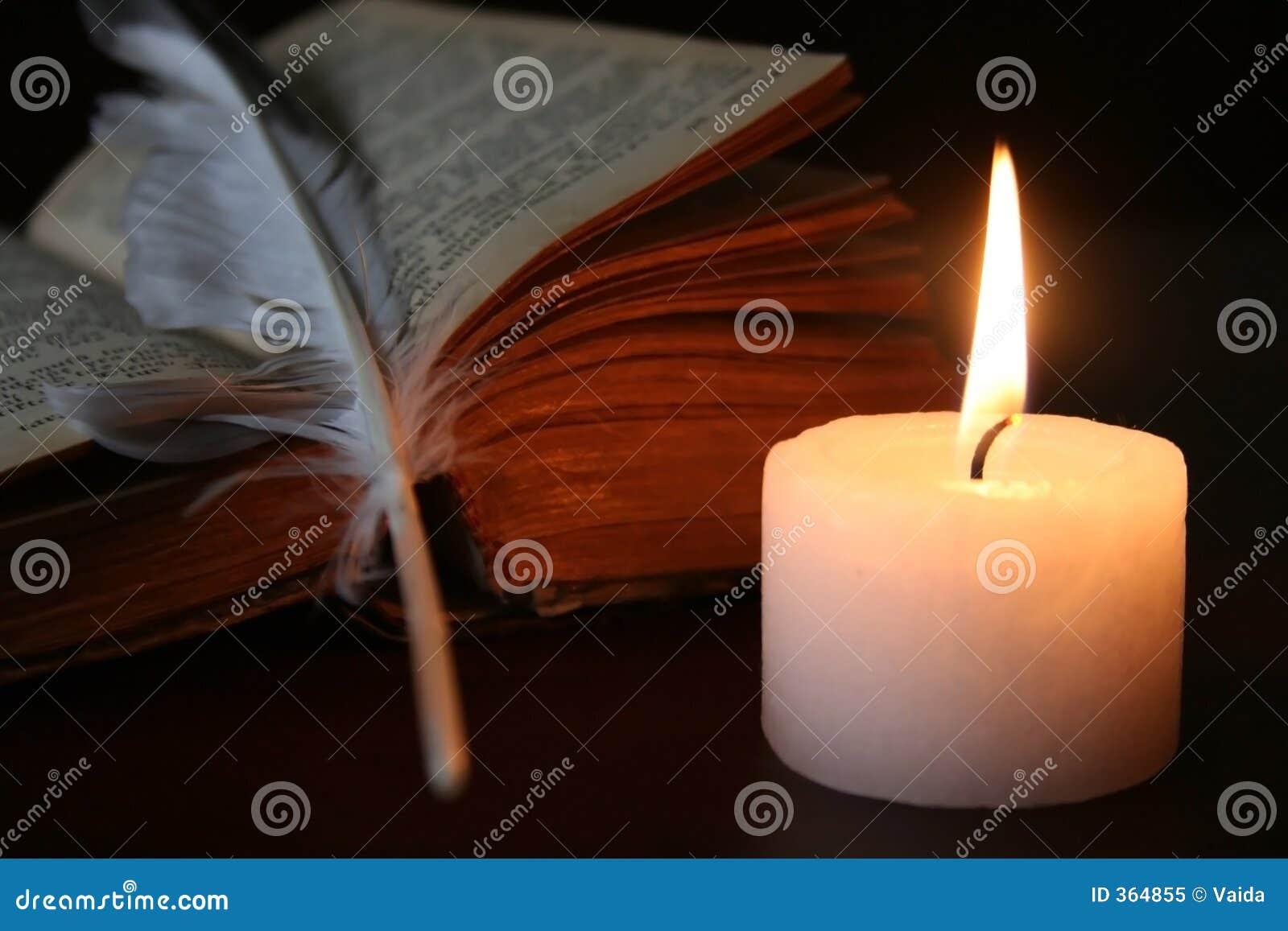 τρίο λοφίων κεριών βιβλίων