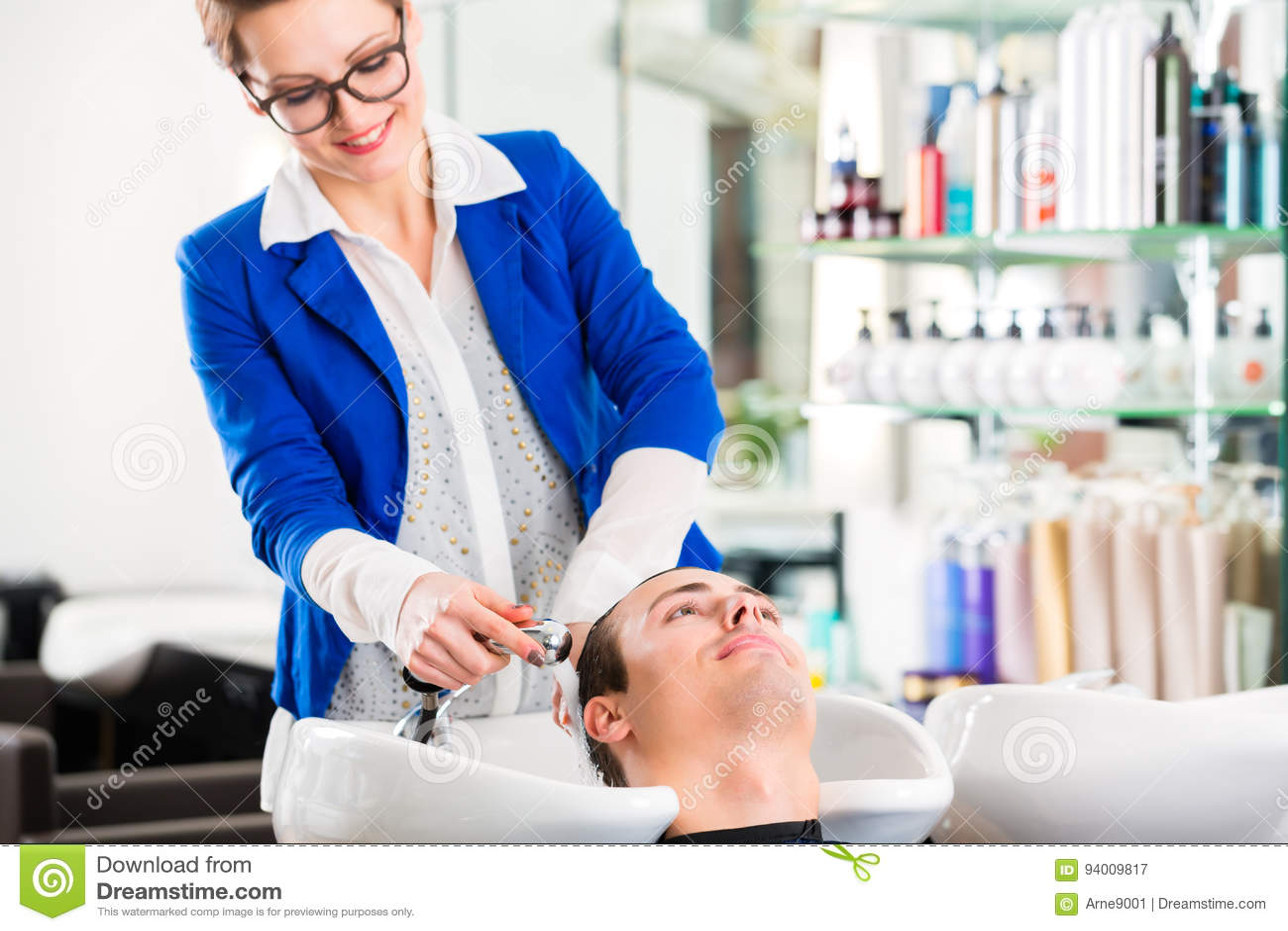 Τρίχα ατόμων πλύσης κομμωτών στο barbershop