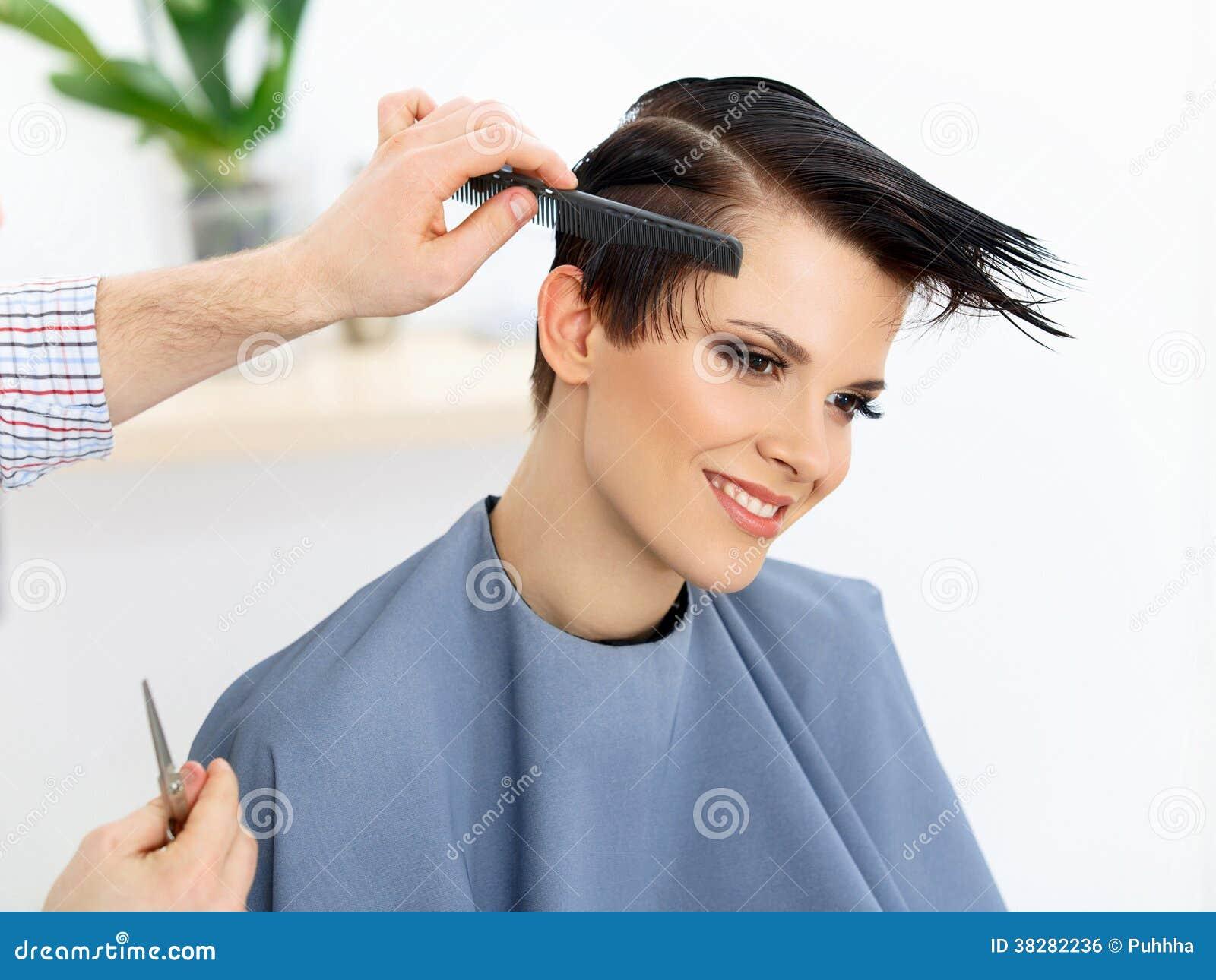 Τρίχα. Κομμωτής που κάνει Hairstyle. Πρότυπη γυναίκα ομορφιάς. Κούρεμα