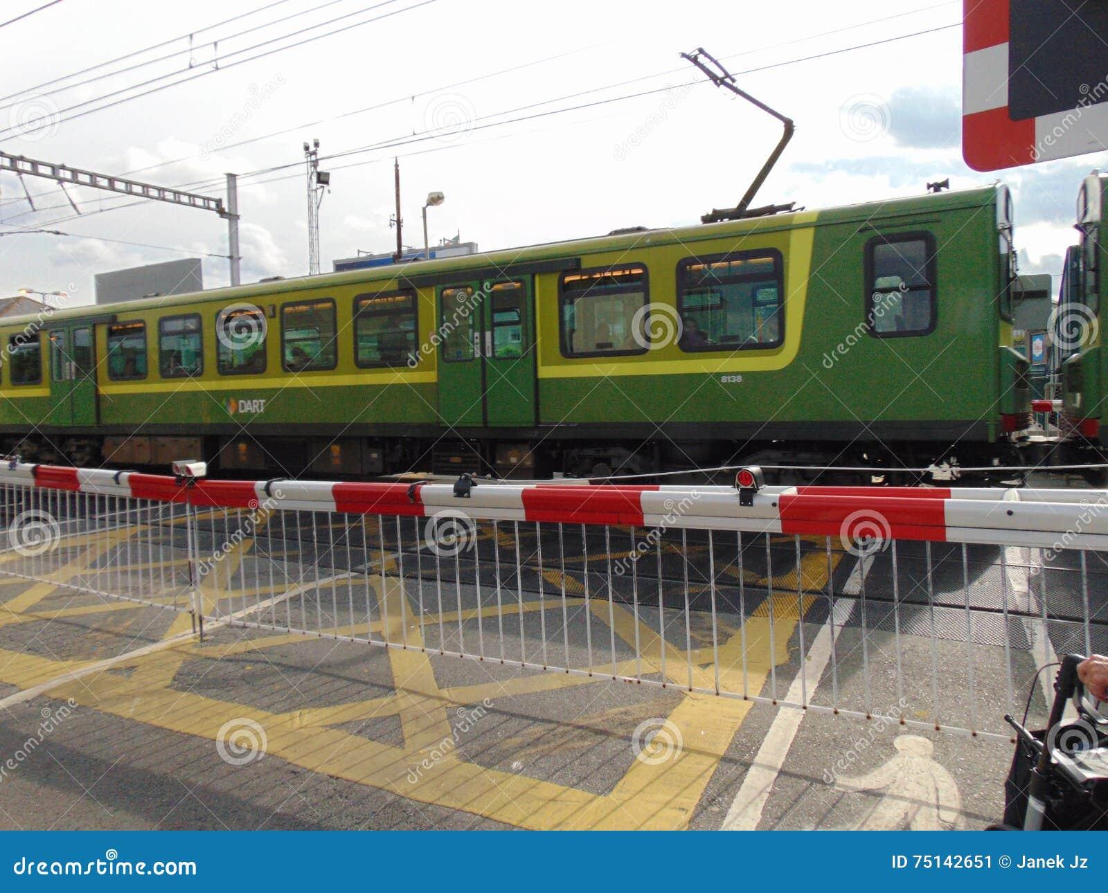 Τραίνο ΒΕΛΩΝ Irelands που περνά το εμπόδιο