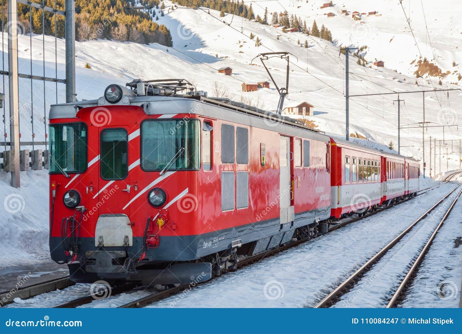 Τραίνο σιδηροδρόμων Gotthard Matterhorn που περιμένει στο σταθμό τρένου Dieni στην Ελβετία