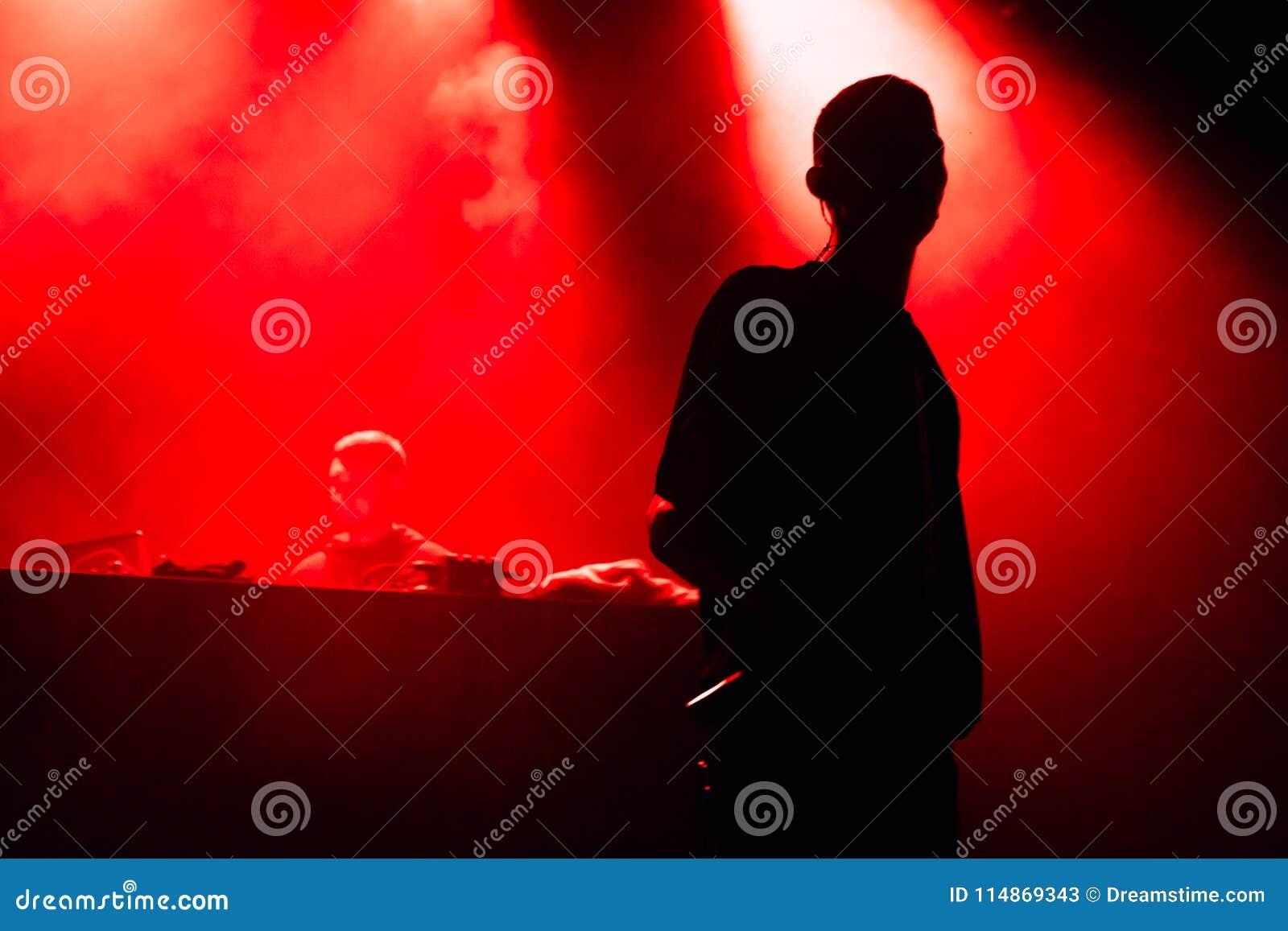 Τραγουδιστής και καλλιτέχνης στο στάδιο στο κόκκινο φως