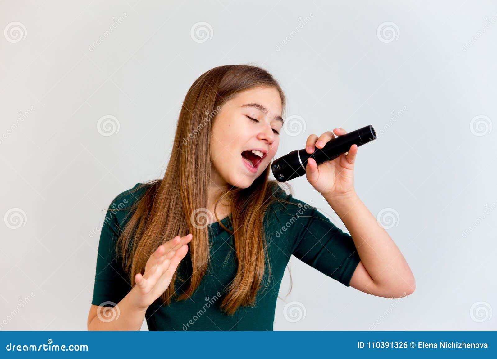 Τραγούδι κοριτσιών με ένα μικρόφωνο