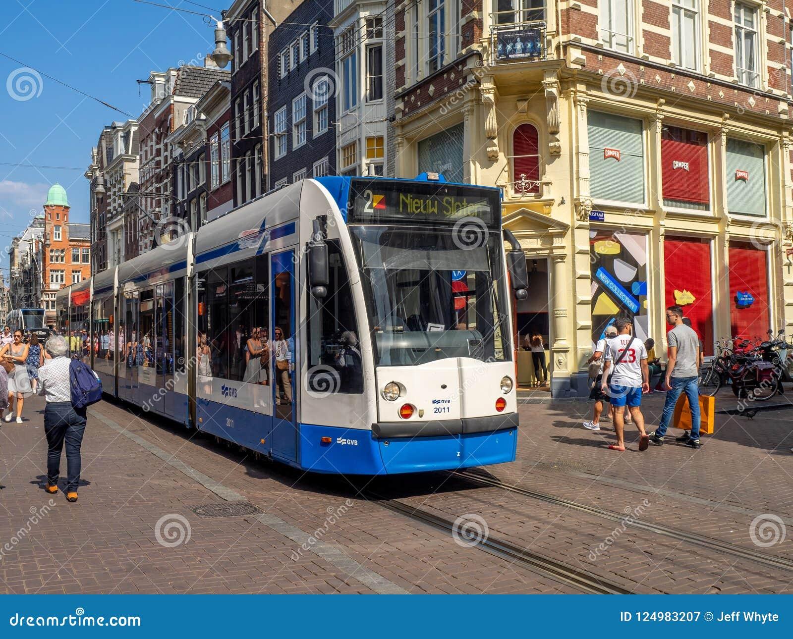 Τραμ στην πολυάσχολη οδό αγορών Leidsestraat