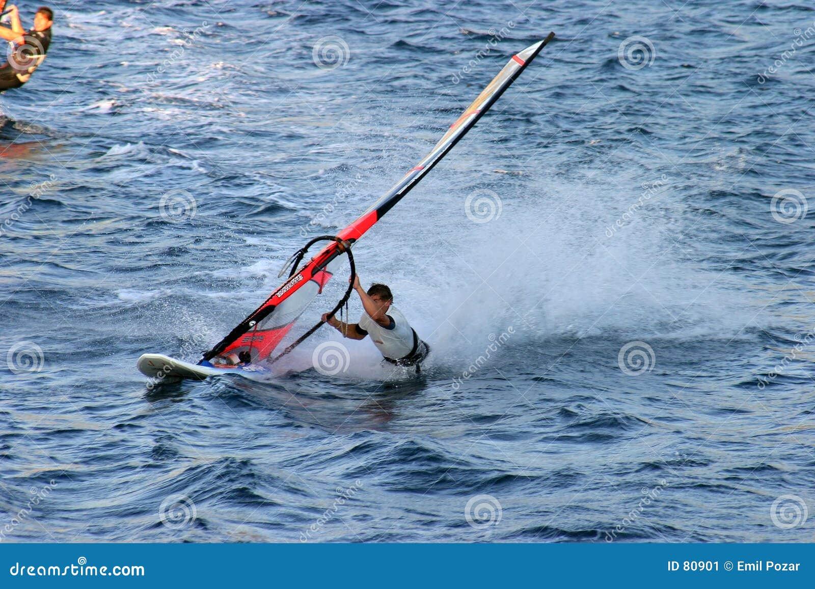 τργμένος αέρας πανιών surfer