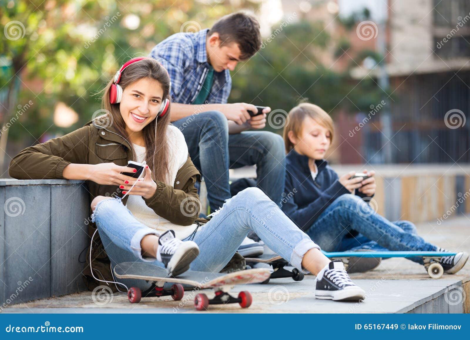 Τρεις έφηβοι με τα smartphones