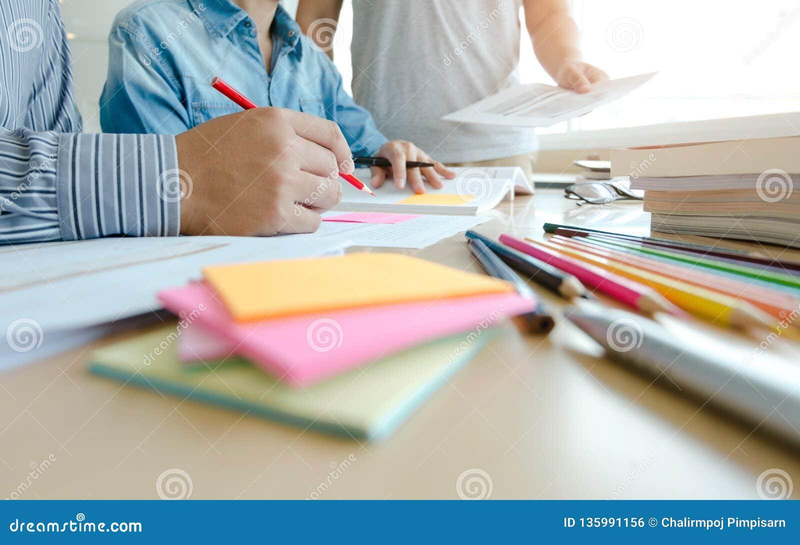 Τρεις βέβαιοι σπουδαστές που κάνουν την εργασία μαζί καθμένος στο σπίτι