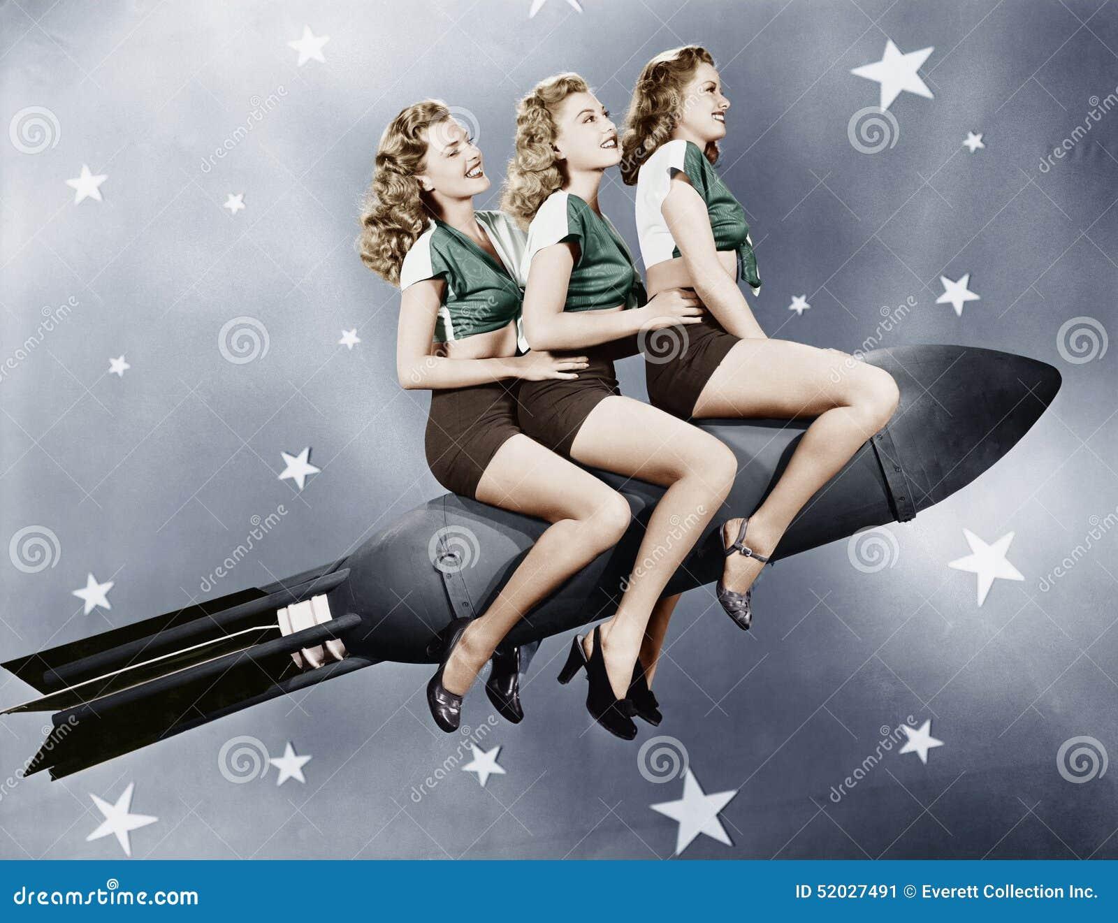 Τρεις γυναίκες που κάθονται σε έναν πύραυλο (όλα τα πρόσωπα που απεικονίζονται δεν ζουν περισσότερο και κανένα κτήμα δεν υπάρχει