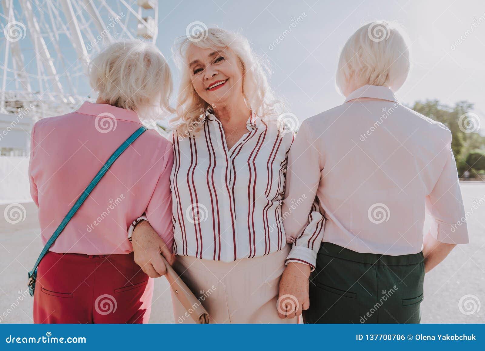 Τρεις ενήλικες γυναίκες παίρνουν τη φωτογραφία στο πάρκο