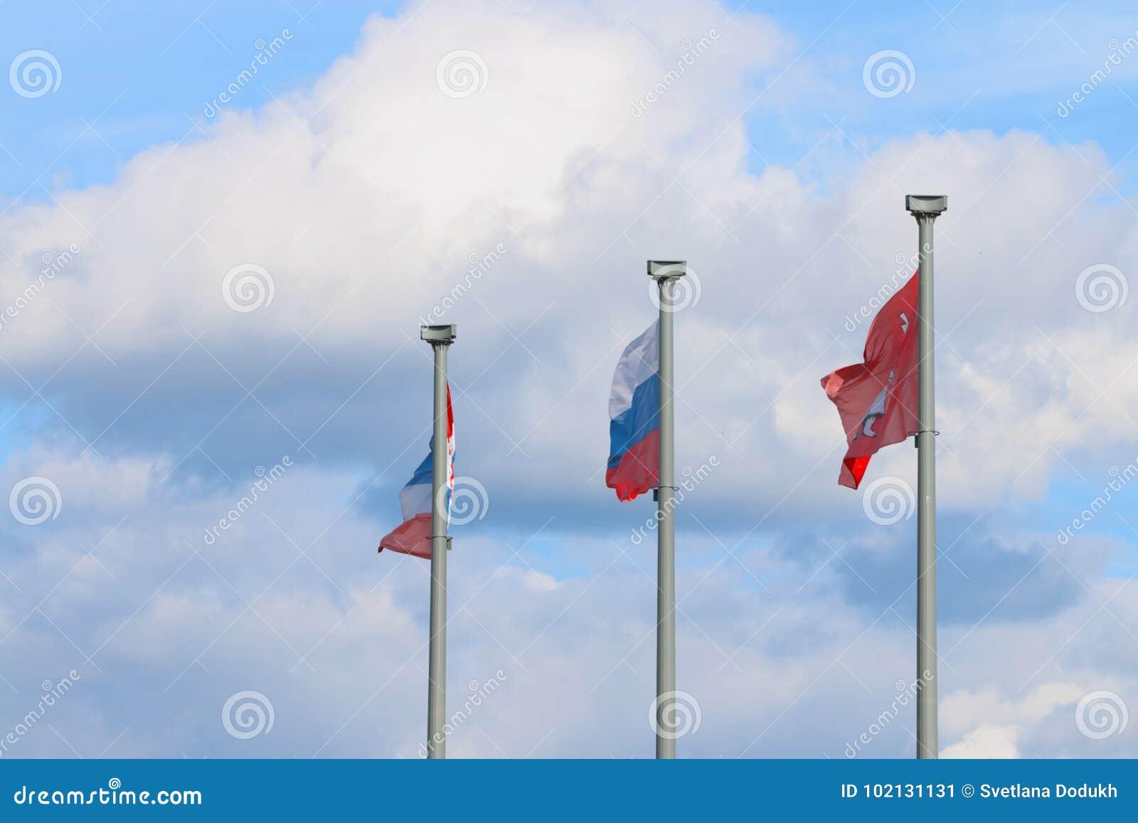 Τρεις σημαίες στους πόλους και τον ουρανό - σημαία της Ρωσίας, σημαία της πόλης Perm