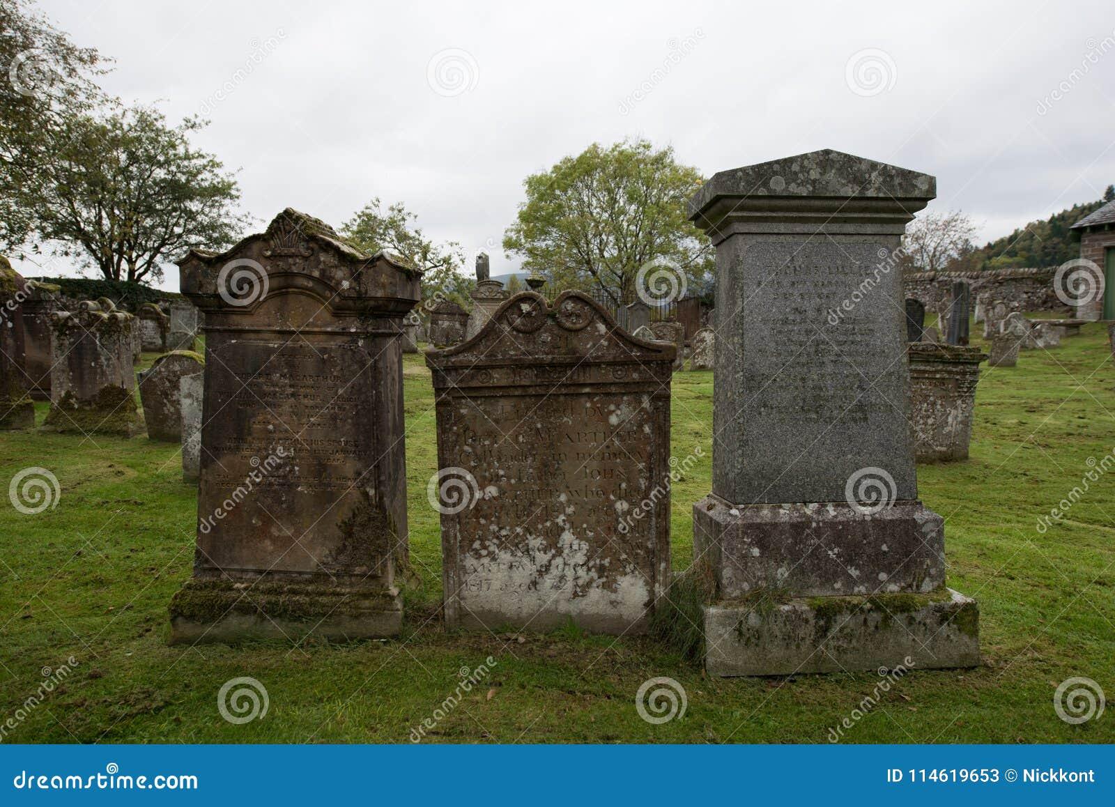 Τρεις ταφόπετρες σε ένα νεκροταφείο στη Σκωτία