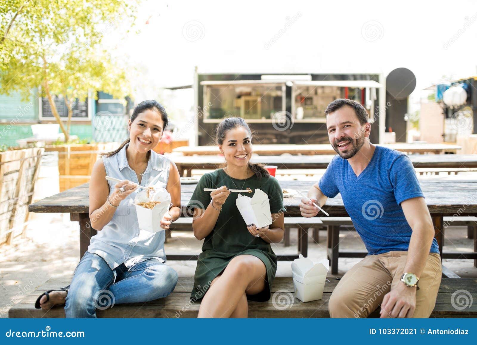 Τρεις φίλοι που τρώνε τα εξαγωγέα τρόφιμα