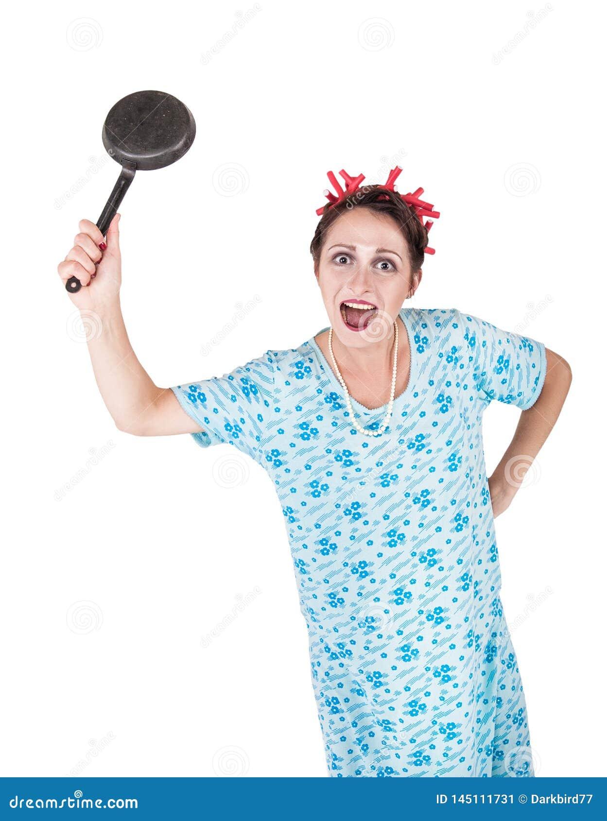 Τρελλήη νοικοκυρά με το τηγάνι που απομονώνεται