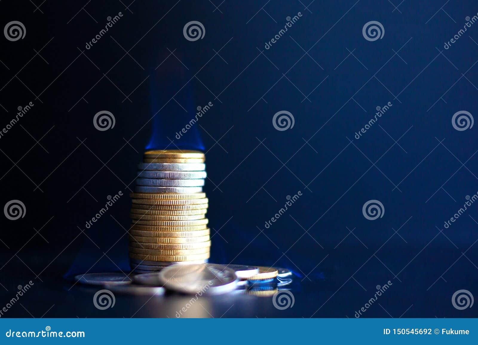 Τρεξίματα χρημάτων έννοιας έξω γρήγορα, έγκαυμα νομισμάτων μετάλλων με μια μπλε φλόγα