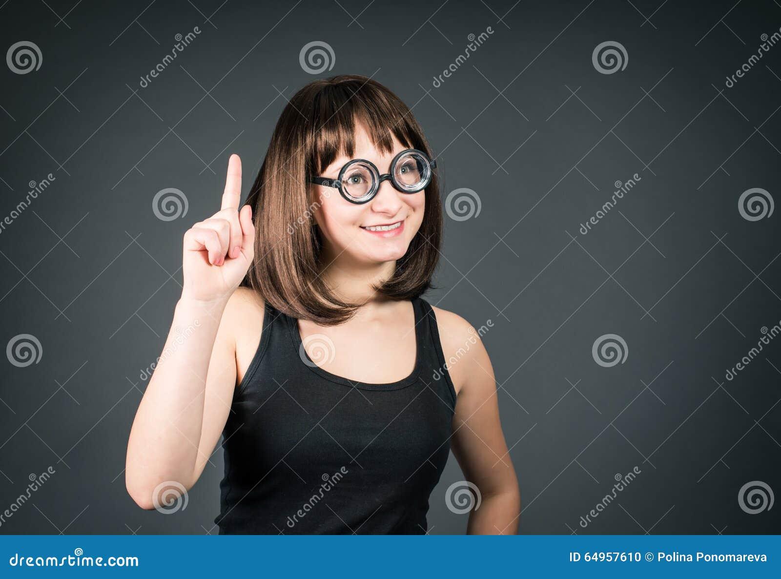 f027cea323 τρελλά κορίτσια Νέο Brunette κοριτσιών Nerd στα αστεία γυαλιά Στοκ ...