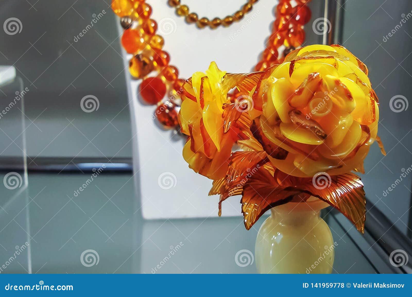 Τριαντάφυλλα από ηλέκτρινο στο βάζο φιαγμένο από onyx