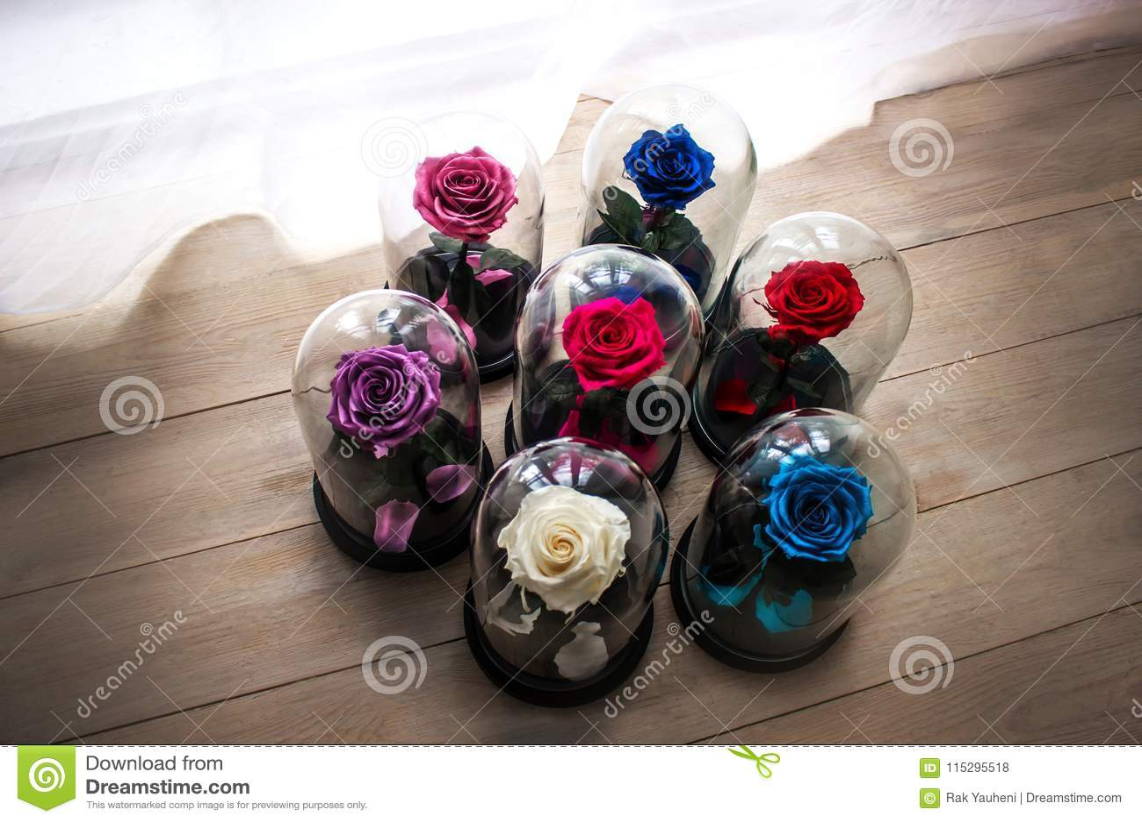 Τριαντάφυλλα σε μια φιάλη κάτω από το γυαλί Σαν δώρο για τις διακοπές