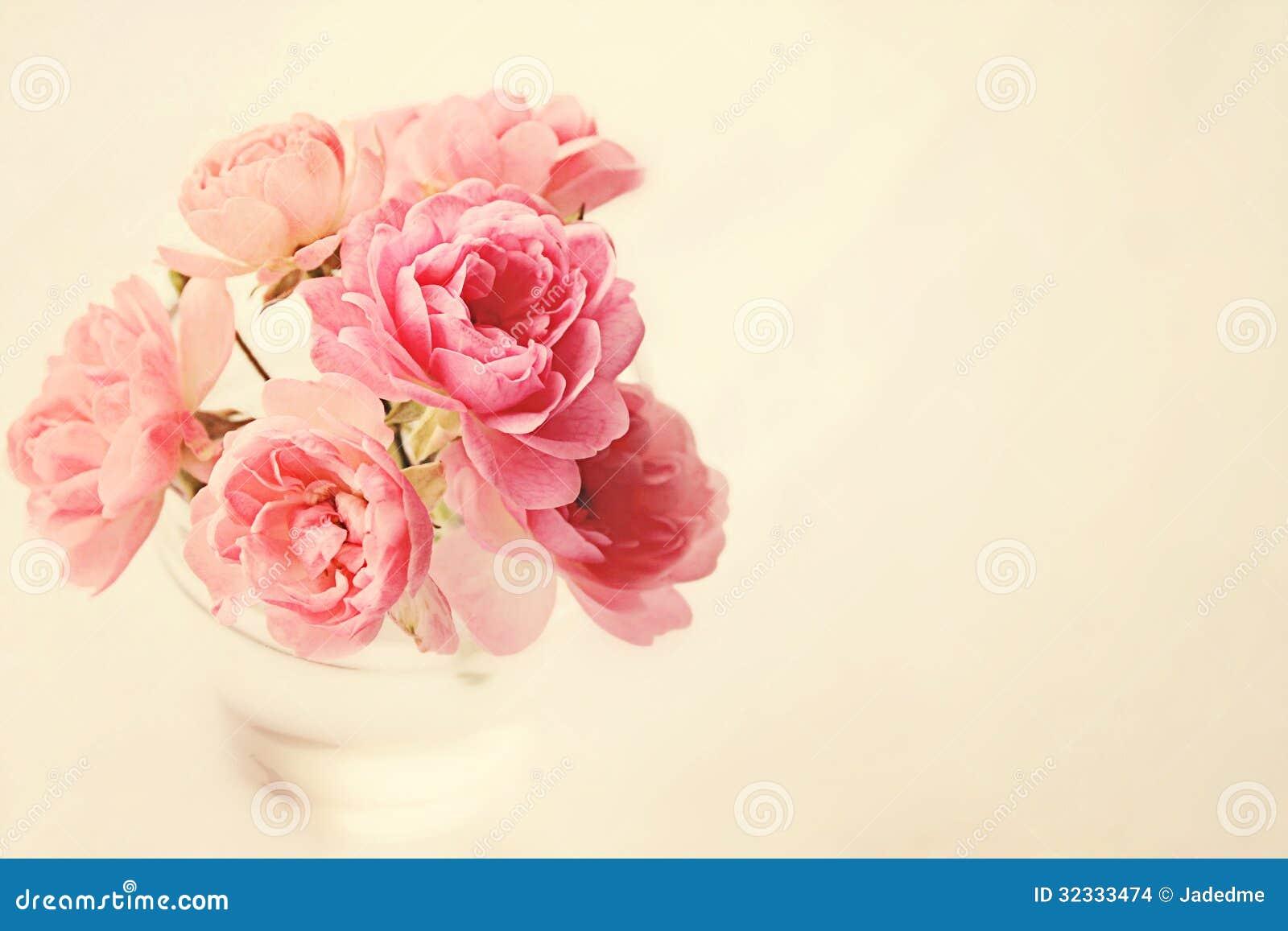 Τριαντάφυλλα στο βάζο στο ροζ