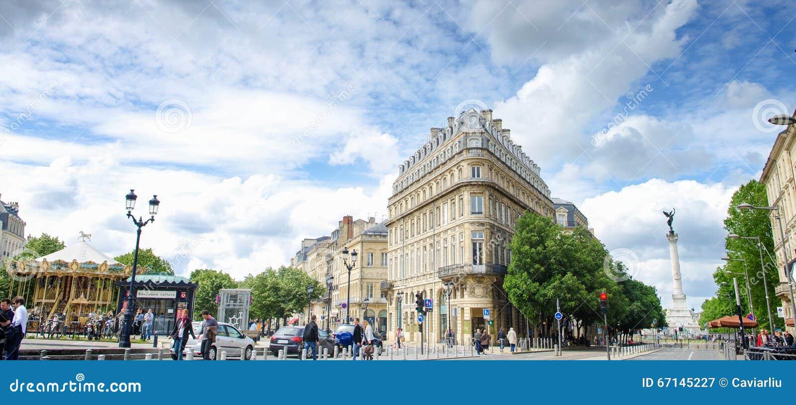 Τριγωνικό κτήριο με το σύγχρονο τραμ στο μέρος de Λα Comedie στο Μπορντώ, άποψη πανοράματος, Γαλλία